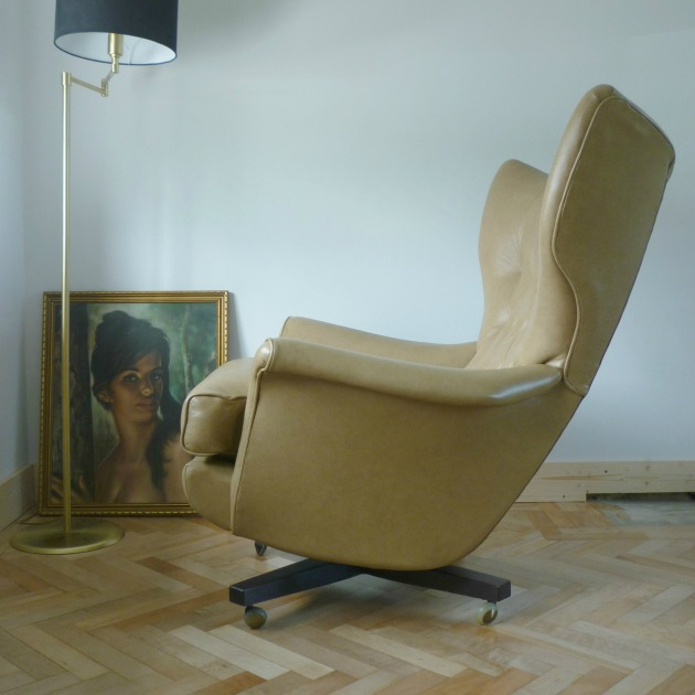Side of Vintage G Plan 6250 Swivel chair in Parchment Leather